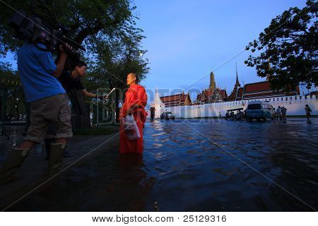 BANGKOK - OCT26 flood around grand palace