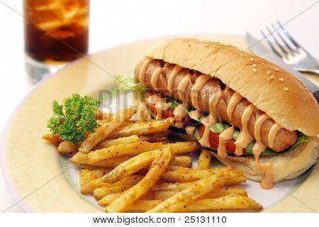 Comida de perrito caliente con patatas fritas y soda