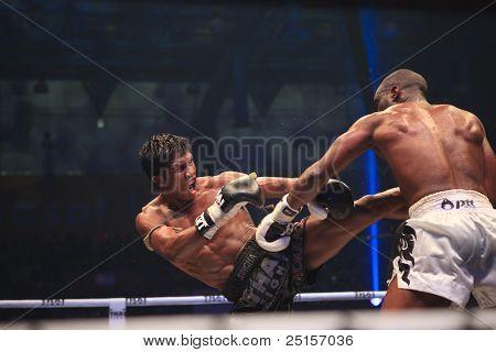 Buakaw por pramuk left kick to his rival