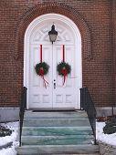 Постер, плакат: Двойной белой церкви двери с венками