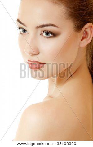 Retrato de la belleza de la bella joven. Aislado sobre fondo blanco