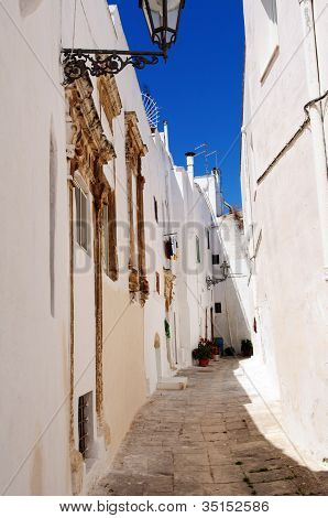 Ostuny Alley the White City