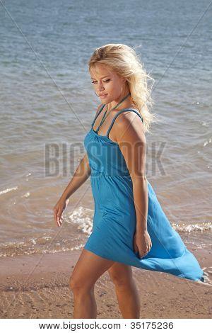 Mire en playa vestido de mujer azul