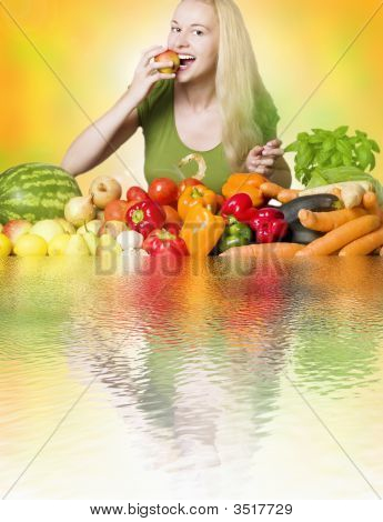 Mujer comiendo fruta - dieta sana
