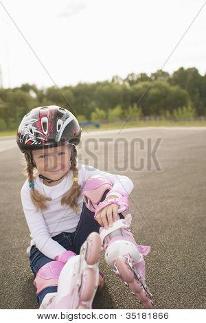 schönes Porträt von hübsch lächelnd blond caucasian Mädchen mit rollerblades