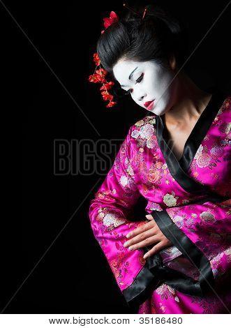 Closeup Retrato de Geisha aislada en negro