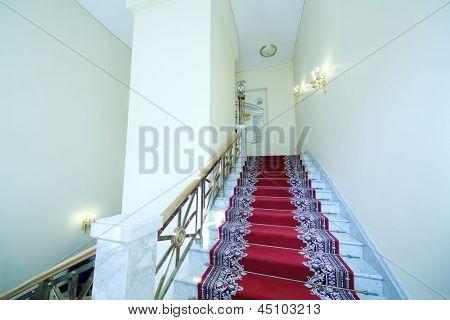 Moscou - 24 de abril: Escada com tapete no grande palácio do Kremlin em 24 de abril de 2012, em Moscou. Cinco