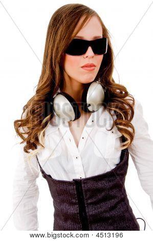 Frontansicht des jungen schönes Modell mit Kopfhörer