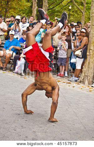 Bremse-Tänzerin bei einer Open-Air-Performance im Battery Park, New York