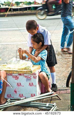Children Are  Binding Flowers Before School Starts