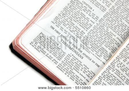 Bíblia aberta aos Tessalonicenses