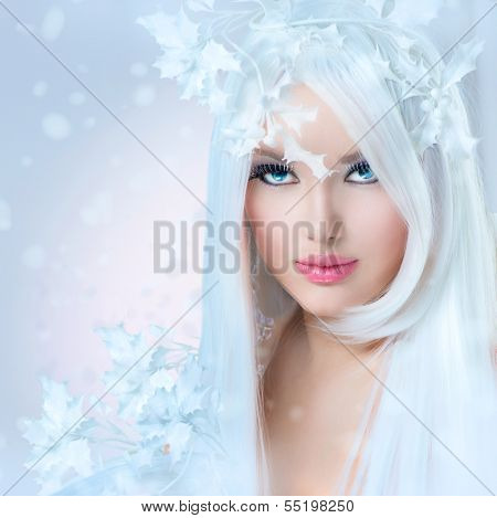 Winter Beauty. Beautiful Fashion Model Girl with Snow Hair style and Make up. Holiday Makeup. Winter Queen. Christmas Woman