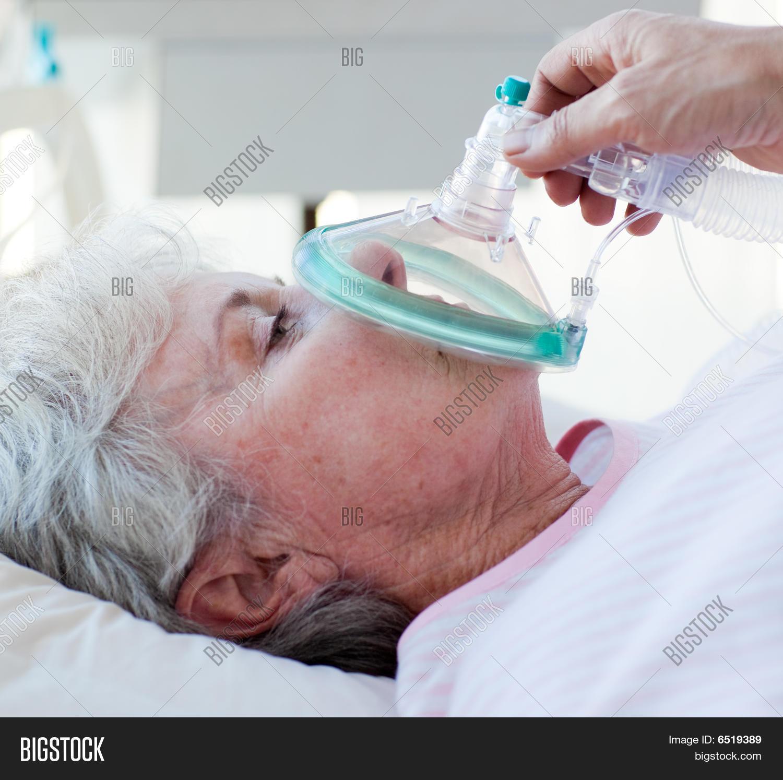 Senior patient receiving oxygen mask — Stock Photo
