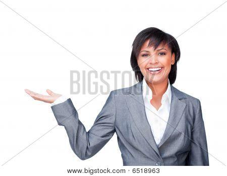Joven Empresaria con la palma abierta sonriendo a la cámara