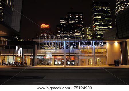 Night view of the entrance to Toronto Union railway station.