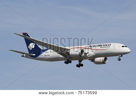 Aeromexico Boeing 787 Dreamliner in New York sky before landing at JFK Airport