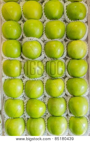 basket of apple Granny Smith in grocery