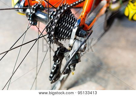System gear on the rear wheel and chain tension