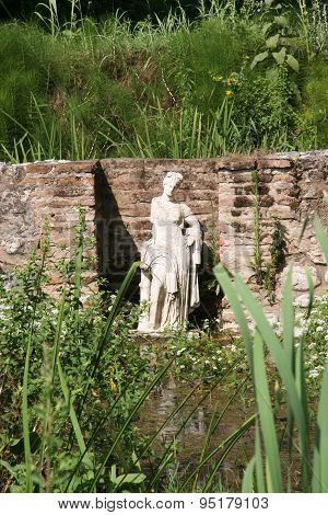 Statue goddesses Tikhi