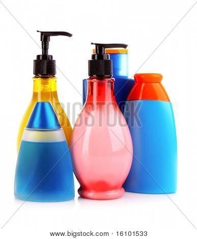 botellas de productos de salud y belleza en fondo blanco