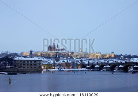 Praagse burcht met Charles bridge in de winter, Prague, Tsjechië