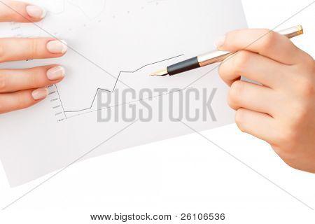 Diagramm mit Füllfederhalter zeigen in Frau Hände. Closeup. isoliert auf weiss.