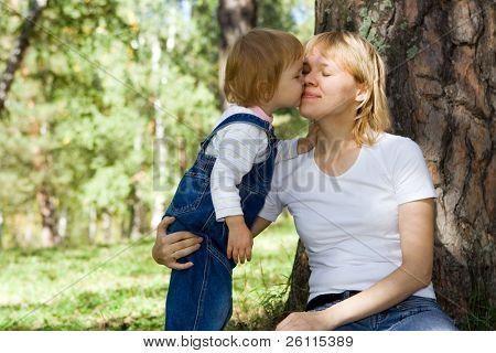 Baby Kuss Mammy auf Natur