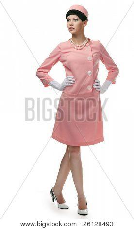 Retro mujer en vestido rosa 60s sobre fondo blanco