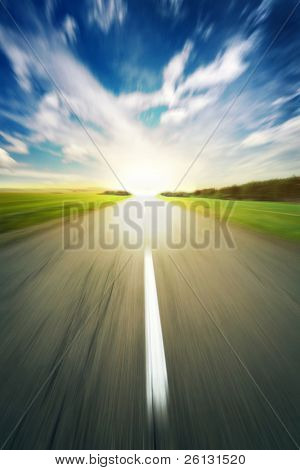 carretera asfaltada en velocidad de cielo azul desenfoque de fondo