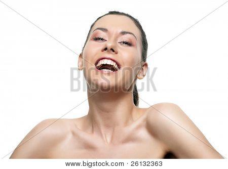 Bela jovem sorridente isolado sobre fundo branco