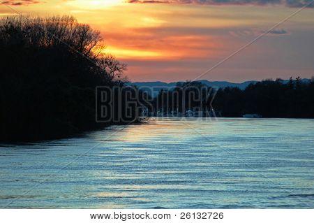 Pôr do sol sobre o Rio Sacramento, Califórnia