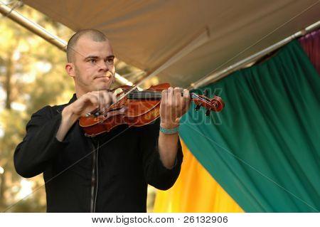 Fiddler from the Swedish folk band Gjahallarhorn