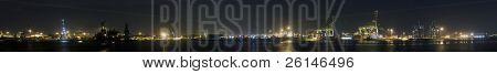 ein Panorama Überblick über den Hafen von Rotterdam in der Nacht