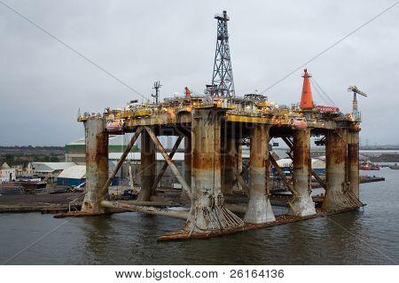 antigua plataforma petrolera en el puerto