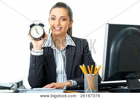 freudig Büroangestellter Uhr hält die fast zeigt 05, Zeit zu Hause Konzept, Frist, iso