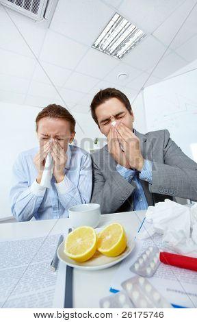 Imagem de parceiros de negócios doente assoar o seu nariz no escritório
