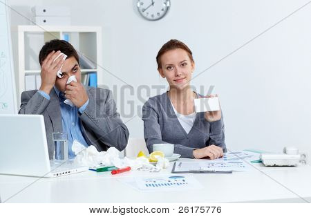 Imagem do empresário doente assoar o seu nariz enquanto seu parceiro Apresentando novo medicamento
