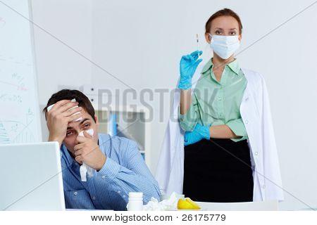 Imagem do empresário espirros com seringa de exploração enfermeira em fundo