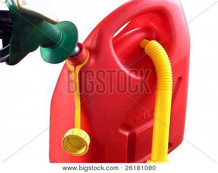 A cerca de una lata de gasolina está llenada