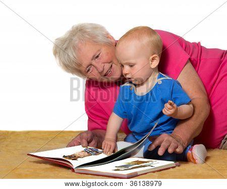Großmutter und Baby ein Buch zu lesen