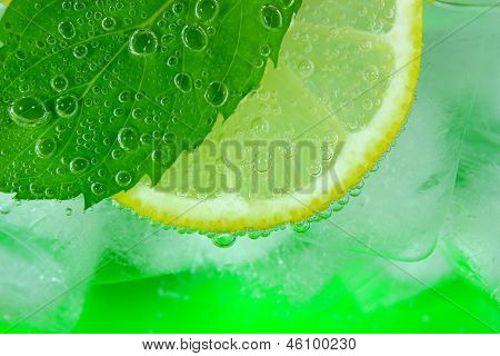 Lemon slice, mint leaf soda and ice