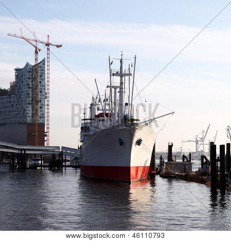 Schiff angedockt neben einen Steg