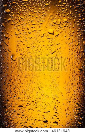 ��¡lose shot of drops on a bottle beer.