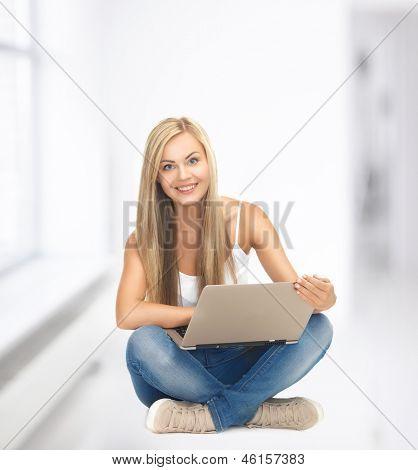 Bild von Student Mädchen mit Laptop