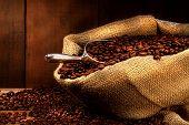 Постер, плакат: Кофе в зернах в Burlap мешок