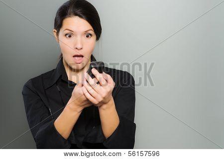 Frau reagieren in Erstaunen zu News auf ihr Handy
