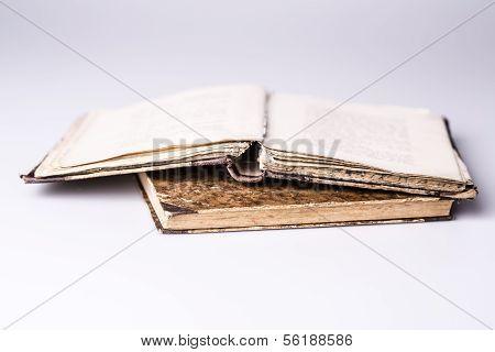 schöne alte zwei Buch Closeup auf weißem Hintergrund, ist eine offene