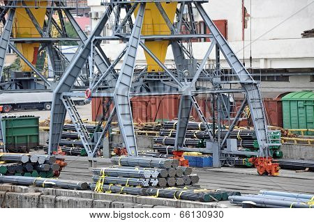 Cargo crane and pipe stack