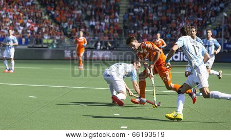 THE HAGUE, NETHERLANDS - JUNE 1: Dutch player Kemperman is playing the ball surrounded by Argentinian players during the Hockey World Cup 2014 . NED beats ARG 3-0