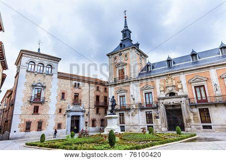 Plaza De La Villa Casa De Cisneros Admiral Bazan Statue Plaza De La Villa Madrid Spain